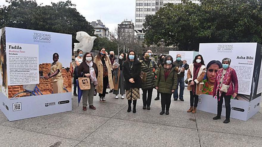 Quince activistas de doce países, protagonistas de la muestra 'Tecedoras do cambio', en la plaza Pontevedra