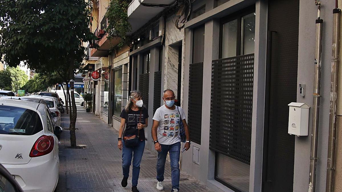 Fachada de uno de los locales que se han adaptado a vivienda en Córdoba.
