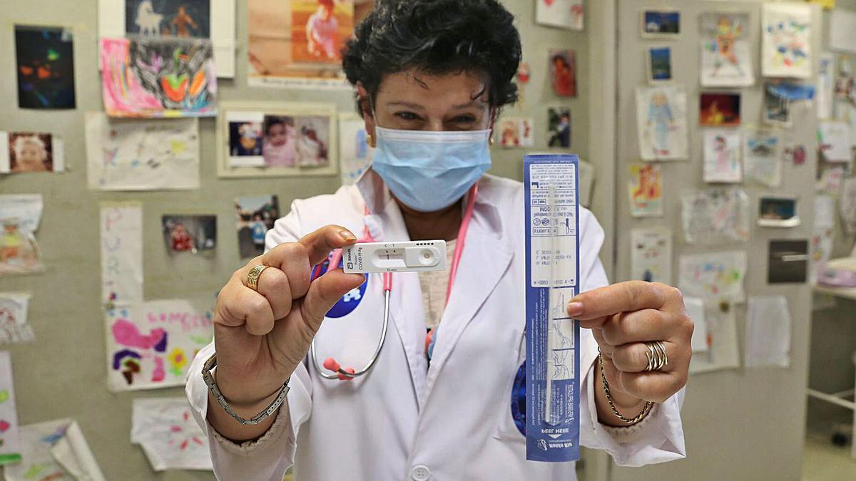 Una pediatra del centro de salud de Teis muestra los test de antígenos del programa piloto. |   // RICARDO GROBAS