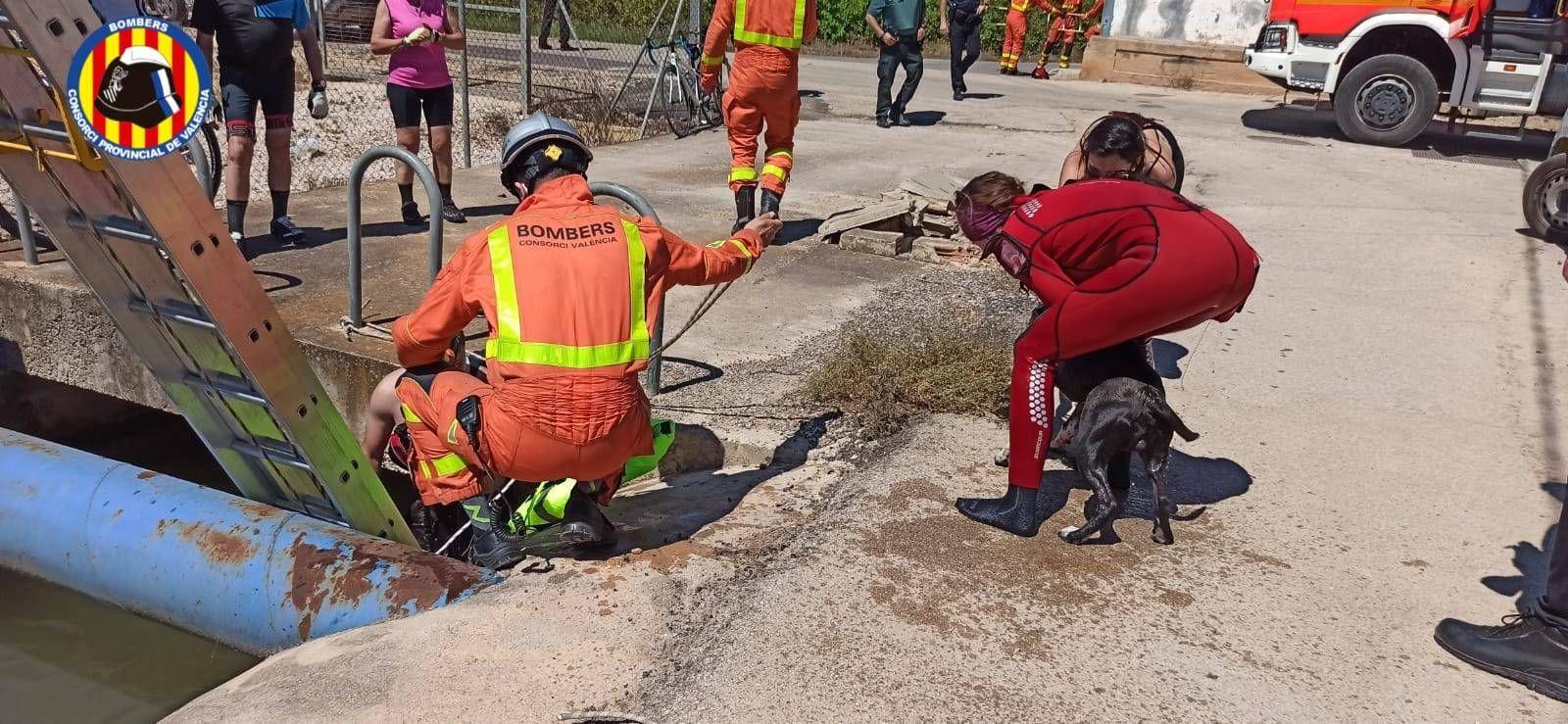 Rescatan a un hombre y su perro atrapados en una acequia de Riola