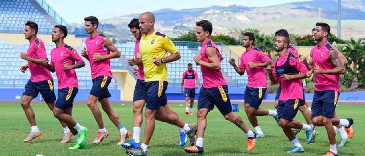 Simón, Viera, Vicente, Bigas, el preparador Rafa Cristóbal y Roque, encabezan el grupo, ayer, en Maspalomas.