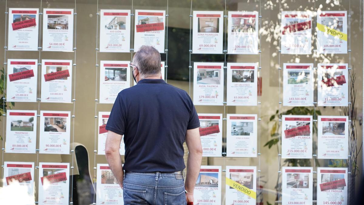 Un hombre observa las ofertas en una inmobiliaria.