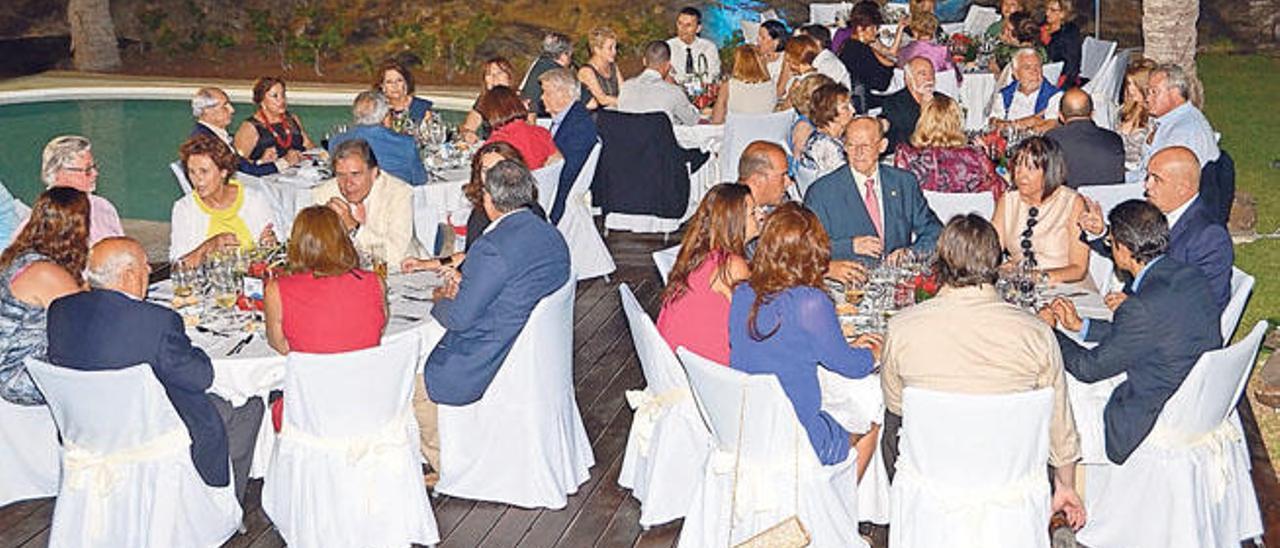 Miembros y colaboradores de la Fundación en la cena de su 25 aniversario en 2014. Macías, en la mesa de la derecha