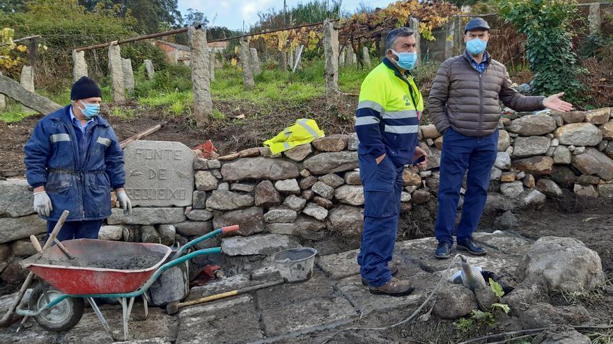 La fuente de Requeixo, en Beluso, vuelve a tener agua