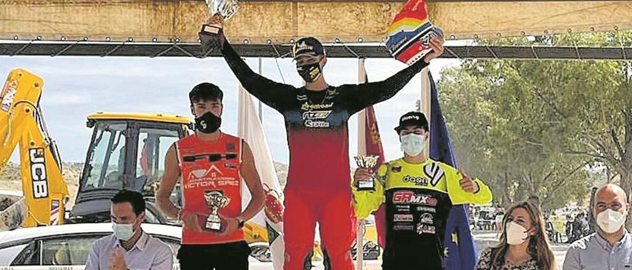 Sáez (izqda.), segundo en el podio de Molina del Segura. | LEVANTE-EMV