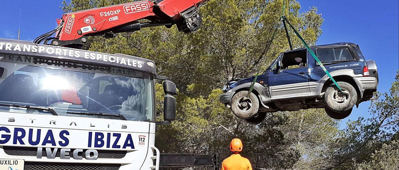 Grúas Ibiza recupera el todoterreno que cayó en un barranco.   DI