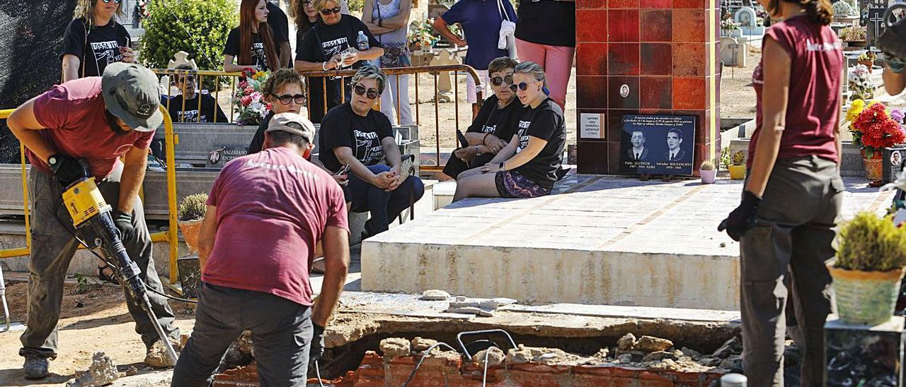 Apertura de la fosa 112  de Paterna, en una imagen de archivo. | M. A. MONTESINOS