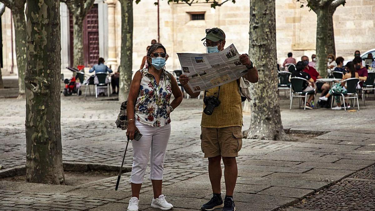 Dos personas de turismo por Zamora.   Nico Rodríguez