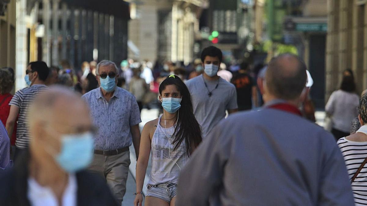 Ciudadanos caminan por Santa Clara, eje comercial de la capital. | Emilio Fraile