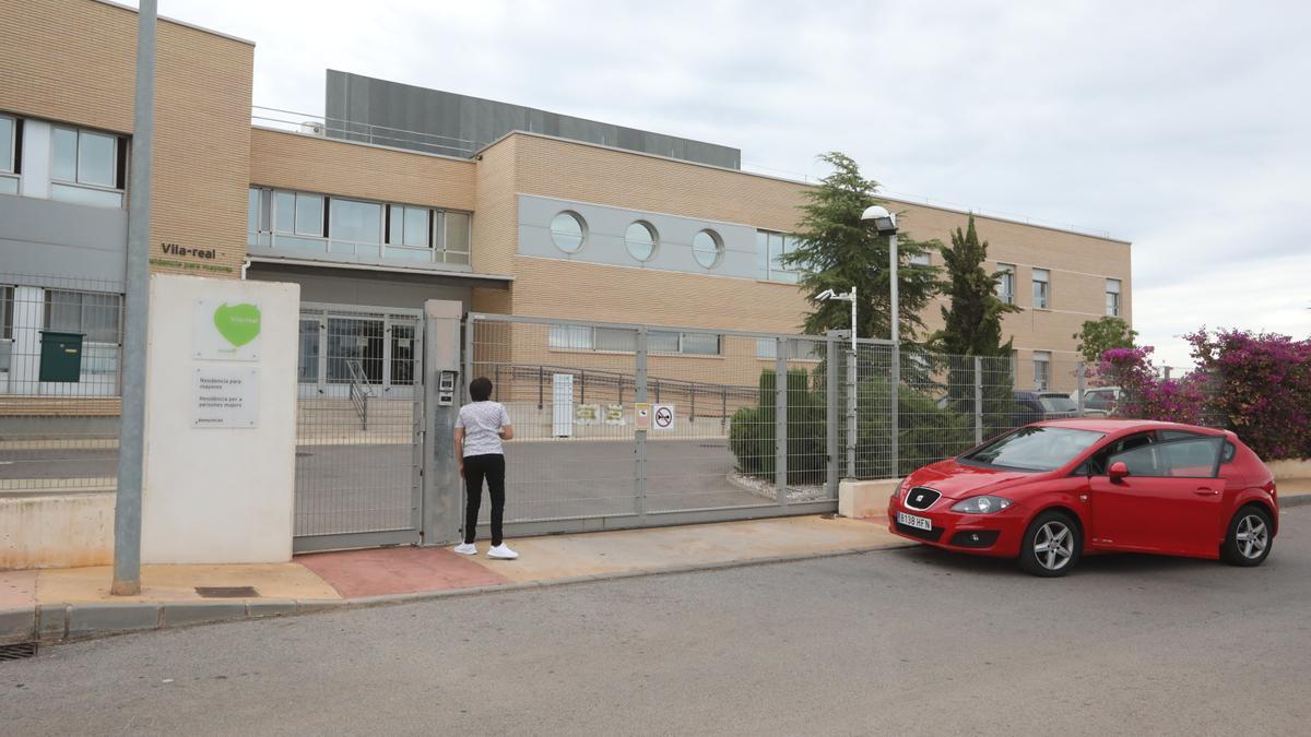 Una persona accede a las instalaciones en septiembre del 2020, durante el primer brote en Domus.