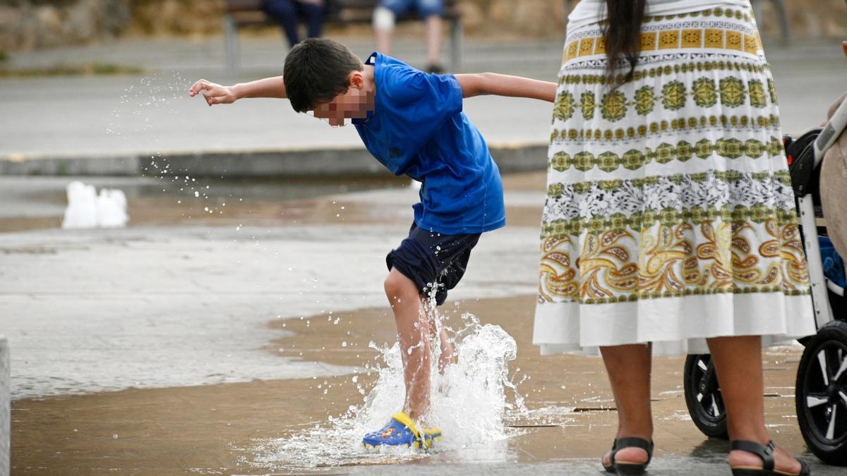 Un menor se refresca en Elche durante la ola de calor