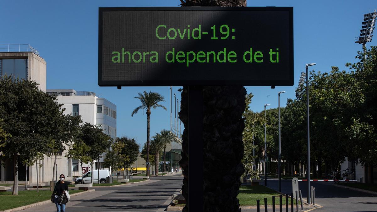 Un letrero alerta en la entrada de la UPV sobre la responsabilidad en los contagios de coronavirus.