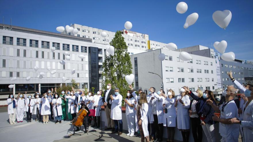 Trabajadores del Hospital de A Coruña homenajean a los pacientes COVID y sus familias