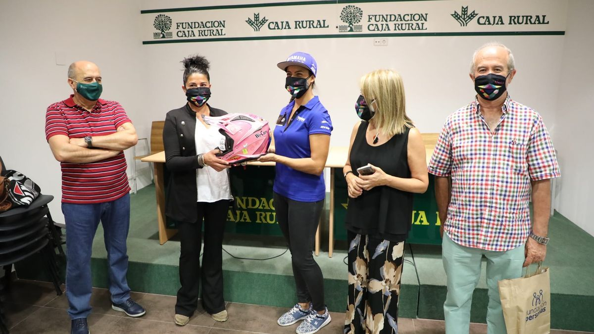 Sara García hace entrega de su casco a la ganadora del sorteo