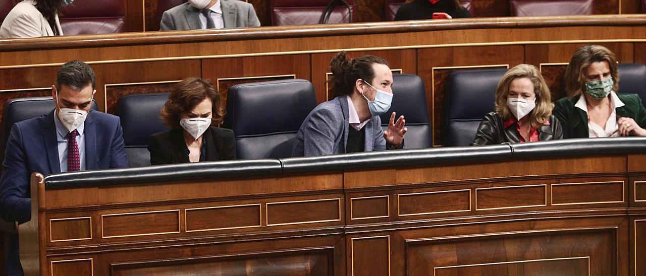 Los miembros del Gobierno, con el vicepresidente Iglesias al centro, durante un pleno del Congreso. | EFE