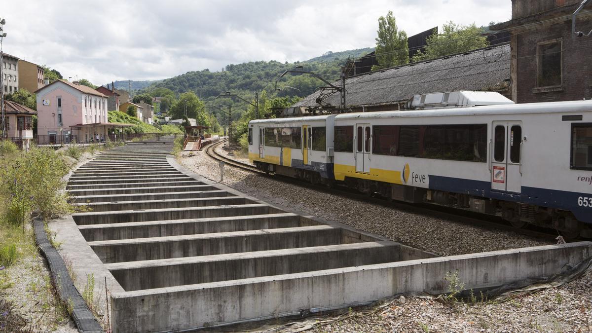 El tren circula junto al barrio Urquijo.