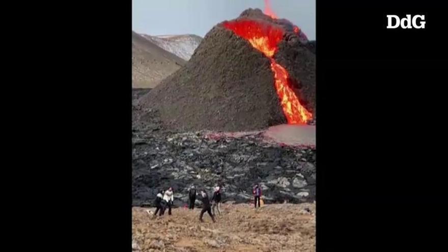 Milers de persones gaudeixen de l'espectacle de l'erupció del volcà Fagradalsfjall