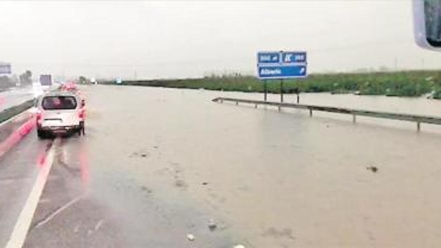 La autovía también sucumbe a las inundaciones en la Ribera