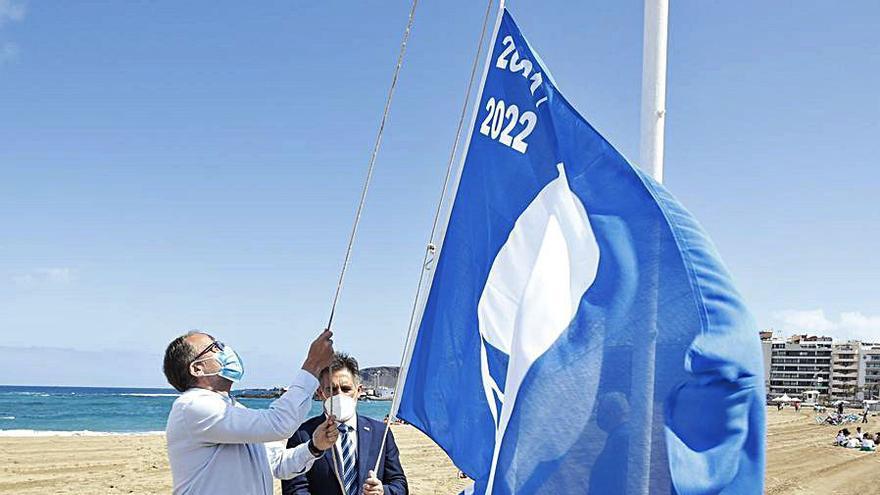 Las Canteras celebra la llegada  del verano izando la Bandera Azul