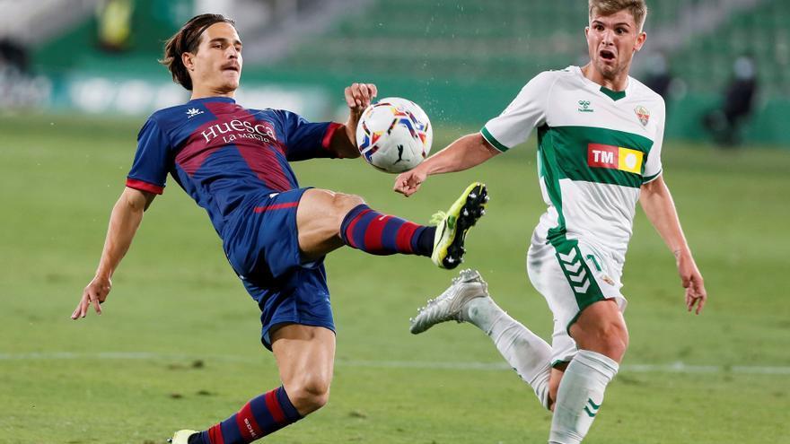 El Elche resiste el acoso del Huesca y rasca un empate