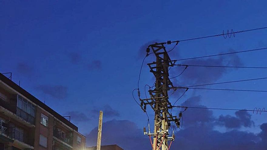 Inician la retirada de la torre eléctrica que bloquea el nuevo vial a Foios
