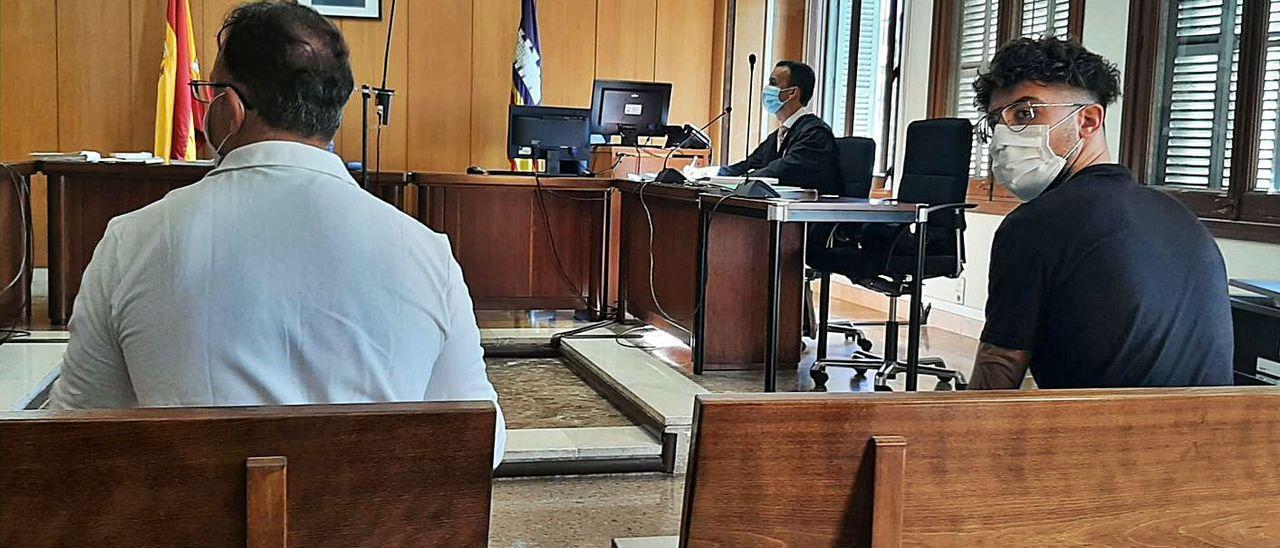 Los dos ladrones confesos del reloj de lujo, ayer, en los juzgados de Vía Alemania.