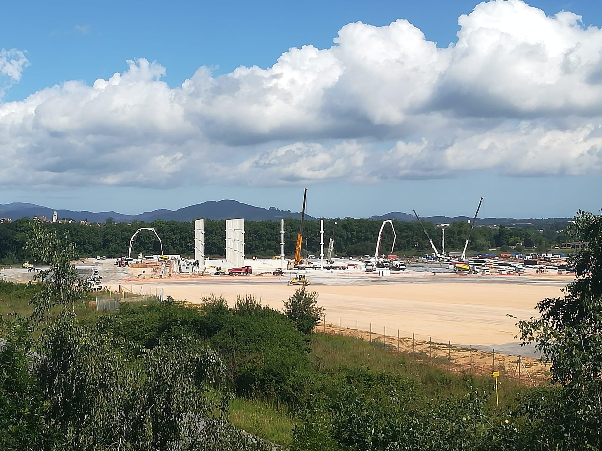 Obras de Amazon en Bobes, vistas desde una elevación sobre la autovía