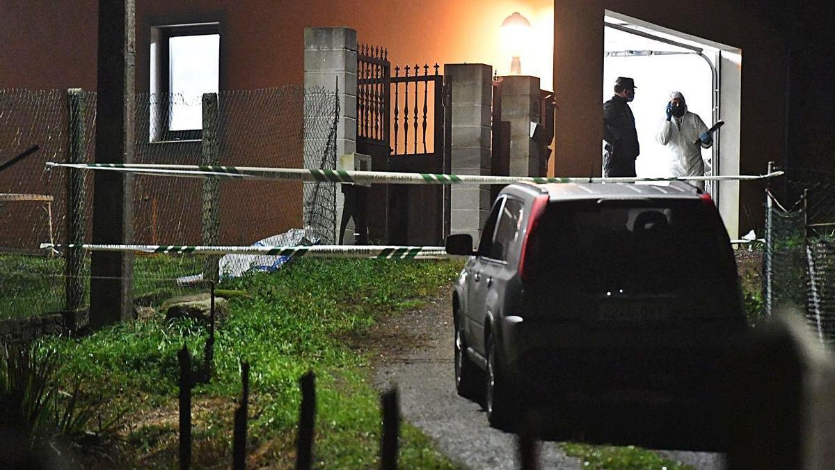 Agentes de la Policía Judicial, en la vivienda de Porzomillos en la noche del crimen.  | // CARLOS PARDELLAS