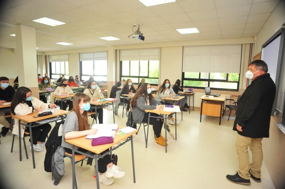 Los alumnos de 2º de Bachillerato del Castro Alobre estrenaron las clases presenciales en aulas más amplias en horario de tarde. // Iñaki Abella