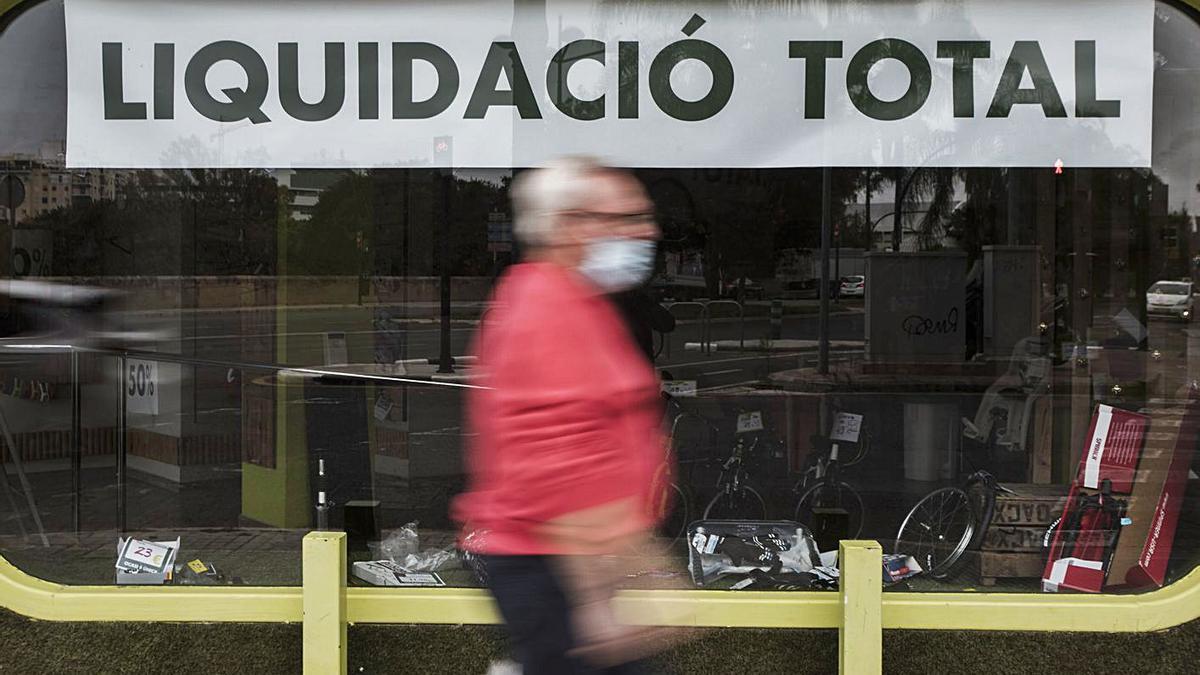 Cartel de liquidación en un comercio de Alicante