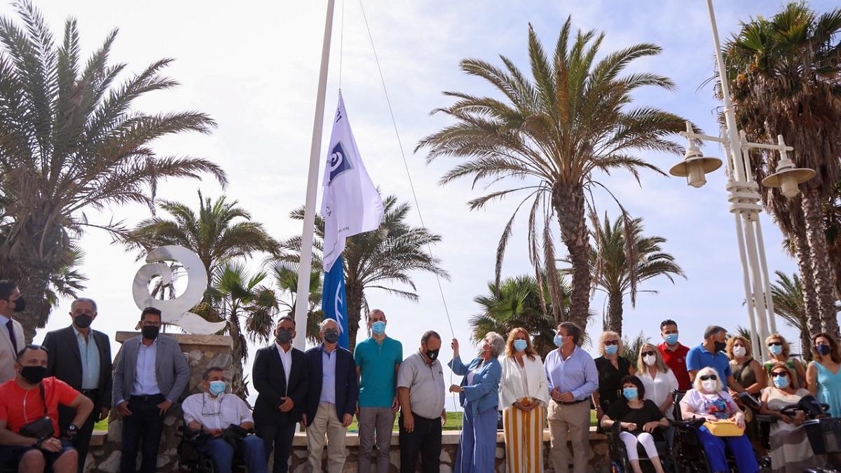 Teresa Porras ha izado hoy una de las banderas de Q de Calidad Turística.