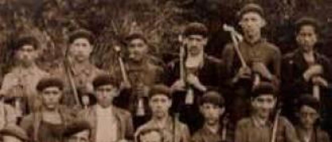 Un grupo de mineros de la explotación riosana, con sus lámparas, en el año 1925 .