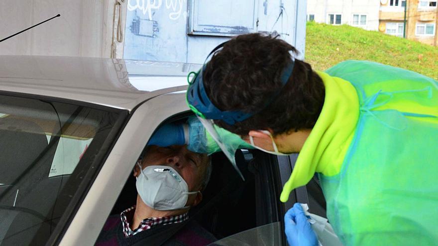 Moaña se acerca de nuevo a los 90 casos de COVID y el Sergas concluye hoy el cribado en Bueu
