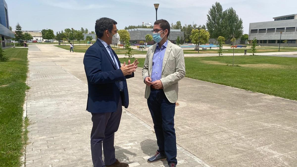 El consejero José Ramón Díez de Revenga y el profesor Roberto Villa tras la reunión mantenida sobre la figura de Juan de la Cierva celebrada ayer en Madrid.
