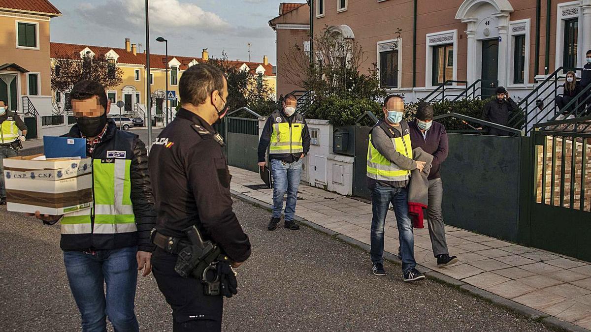El exjefe de Parques y Jardines abandona esposado su casa camino de la Comisaría de Zamora. | Nico Rodríguez