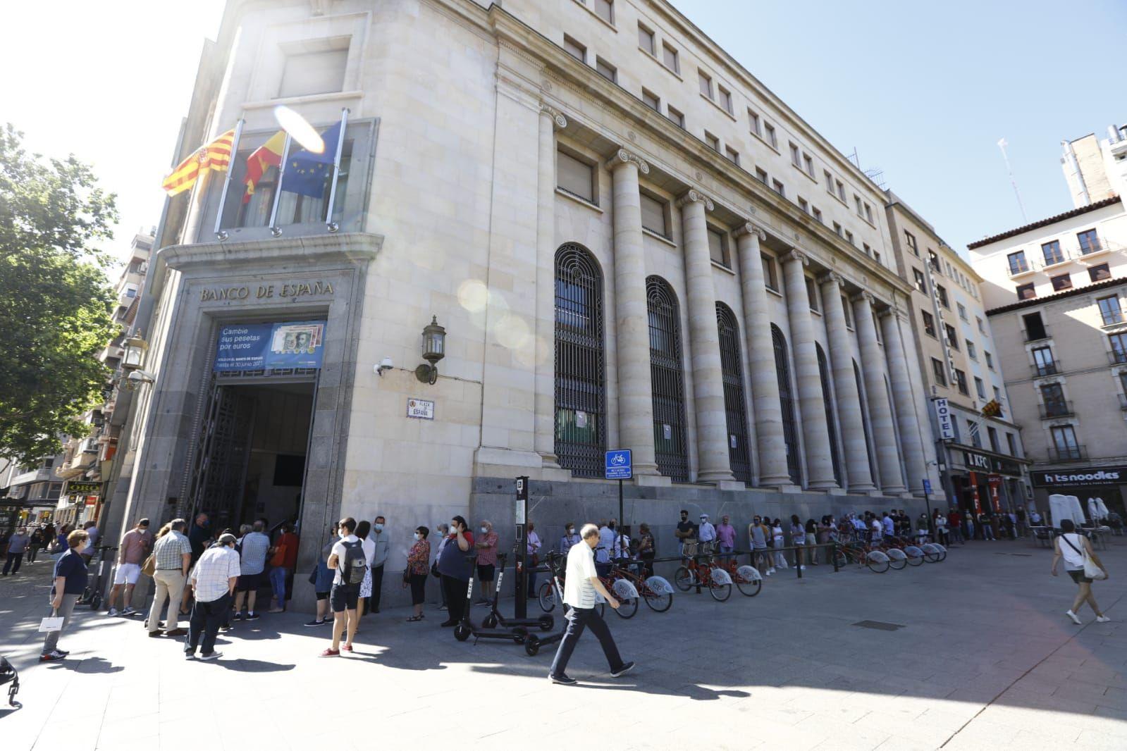 Colas en el Banco de España en Zaragoza