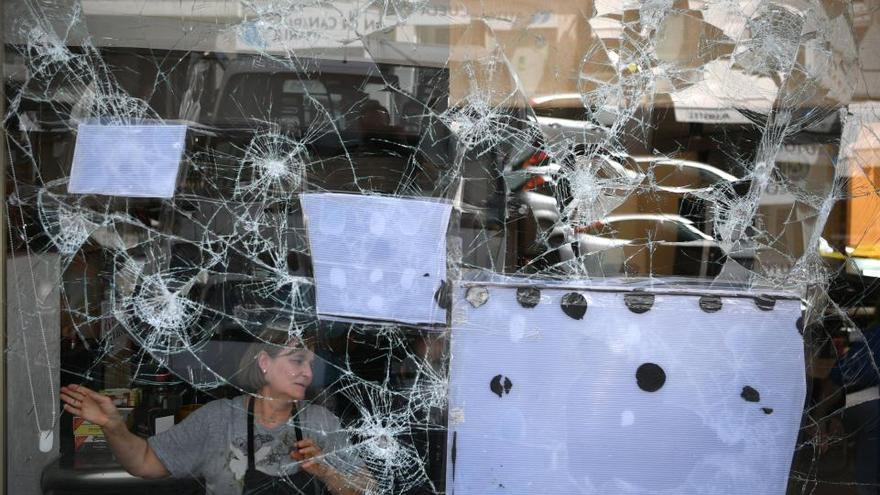 Detenido un hombre por romper un cristal en su casa, en el portal y otro en un bar