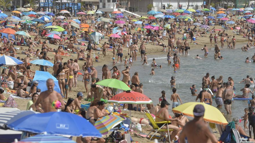 Bañistas en la playa de Las Canteras durante la ola de calor (18/07/2021)