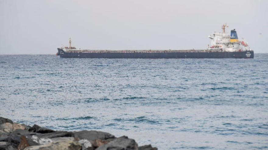 Las autoridades portuarias canarias, a la 'greña' por un supuesto desvío de buques