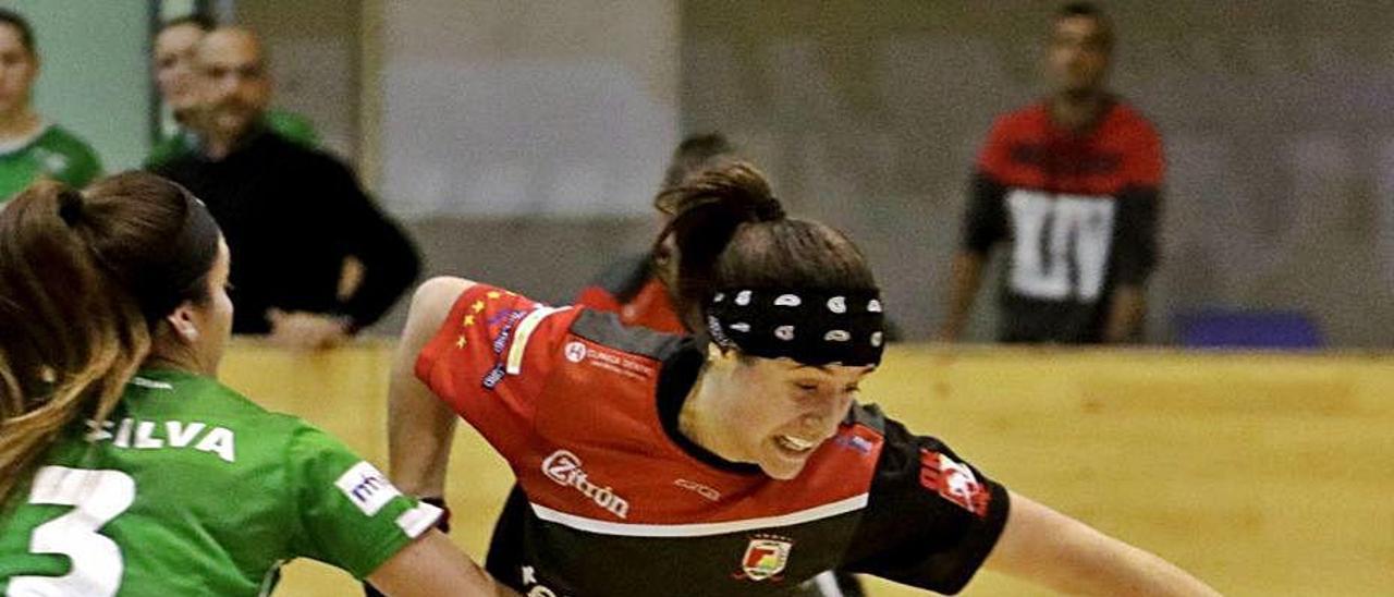 María Sanjurjo se escapa de Daiana Silva.