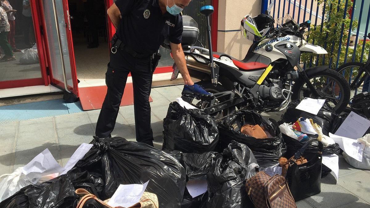 El jefe de la Policía Local, Javier Martín, muestra algunos de los productos intervenidos.