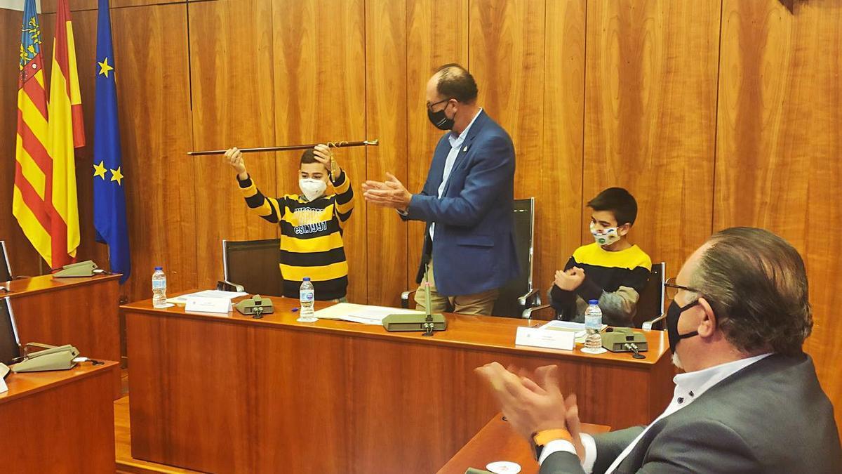 El alumno Sergio González, del CEIP Miguel Hernández, recibe el bastón de mando, ayer.