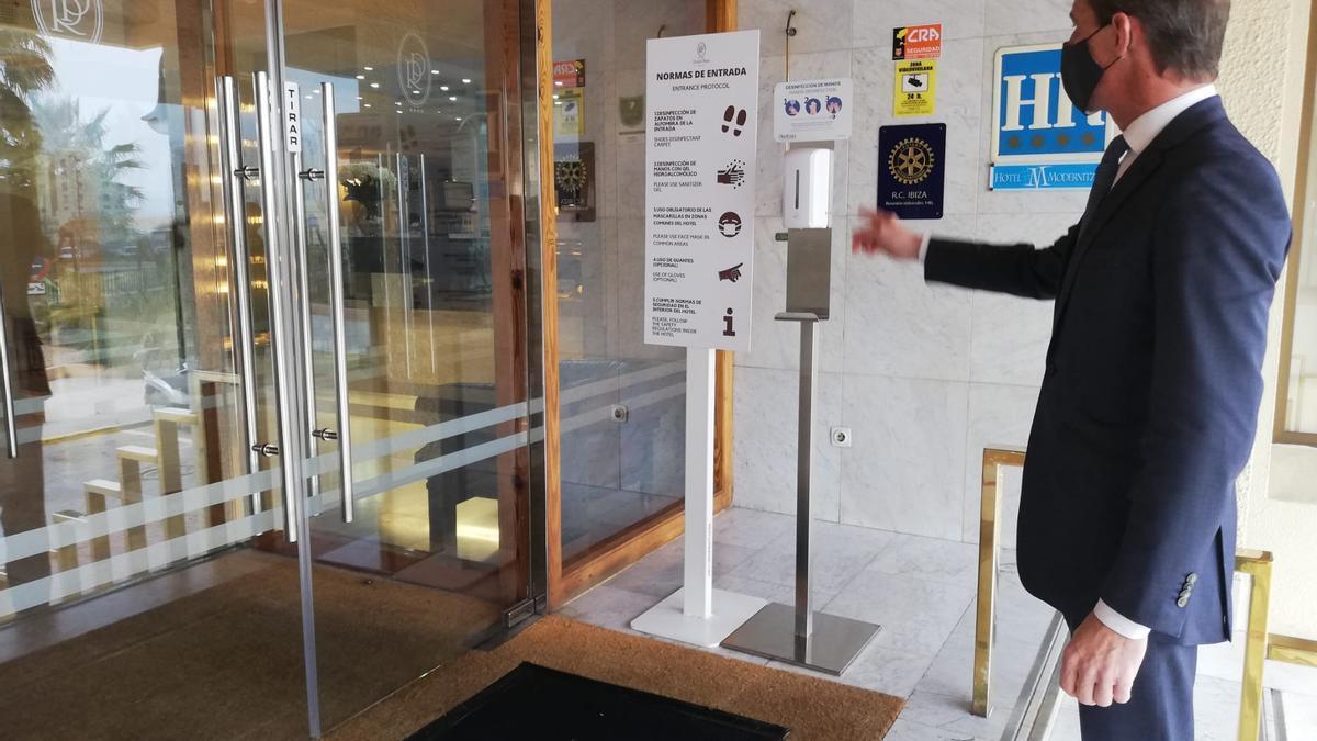 Un trabajador a las puertas de un hotel.