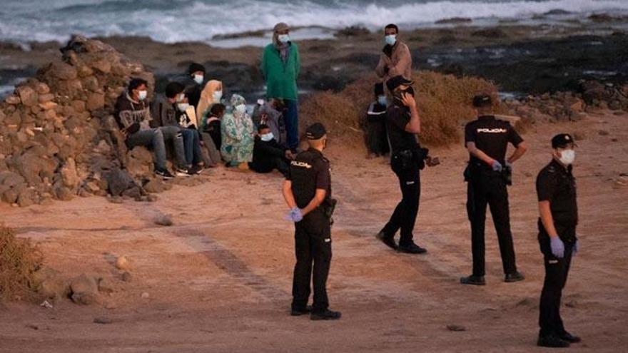 Llegan a Gran Canaria y Lanzarote 5 pateras con 88 migrantes durante la noche