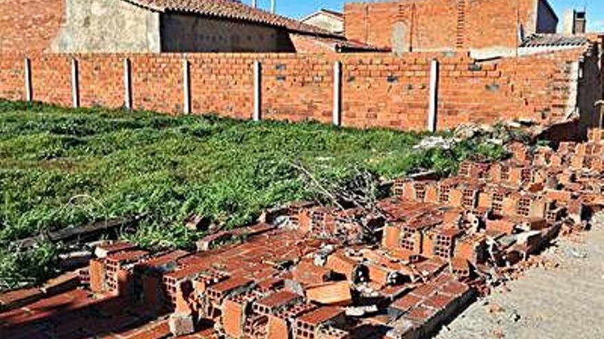 La borrasca Karine derriba el muro del patio de una casa deshabitada de Moraleja