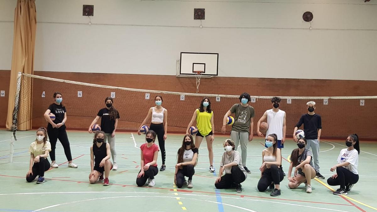 Jóvenes de Navalmoral aficionados a la práctica del voleibol, en el pabellón municipal de Navarrosa