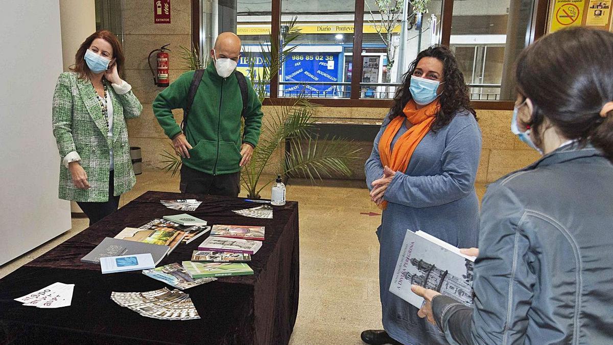 La Diputación celebró el Día da Biblioteca entregando lotes de libros a los usuarios.    // FARO