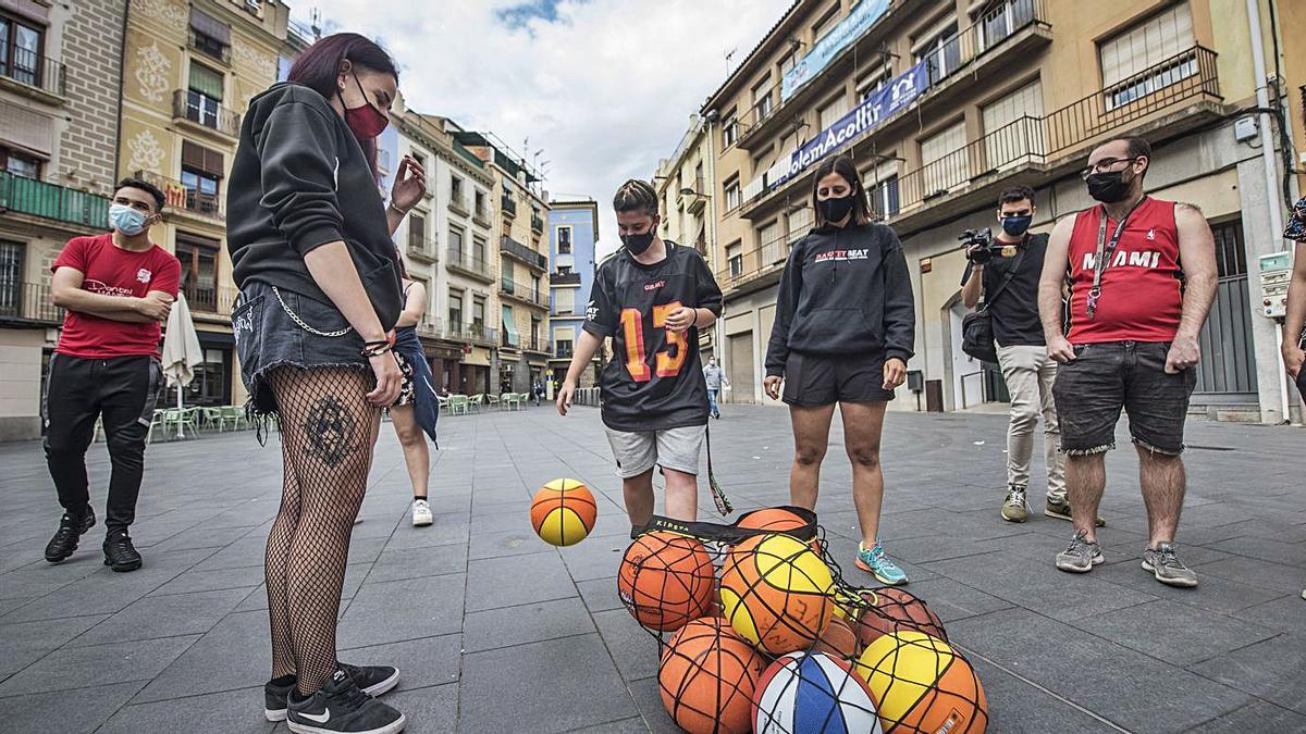 Un grup de joves es prepara per començar a practicar Basket Beat al mig de la plaça   OSCAR BAYONA