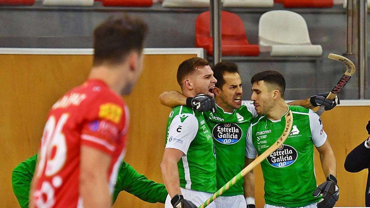 Carballeira, Adroher y Oruste celebran uno de los goles del sábado ante el Girona. |  // CARLOS PARDELLAS