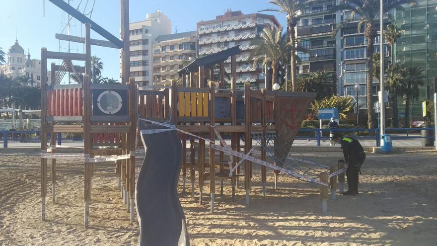 Primera denuncia de la Policía Local de Alicante por utilizar los juegos infantiles cerrados